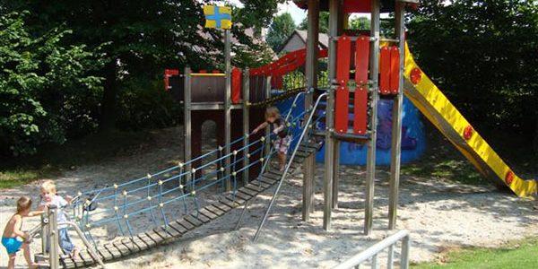 Eén van de klim- en glij toestellen in Speeltuin 't Zonnehoekje